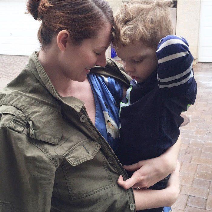 mujer bailando con su hijo