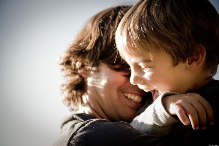 niño con papá jugando