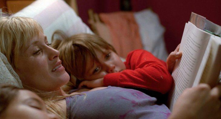 madre leyendo a hijo