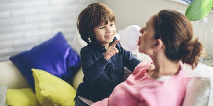 niño pequeño jugando con mamá