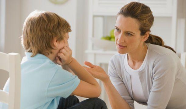 mamá hablando con niño
