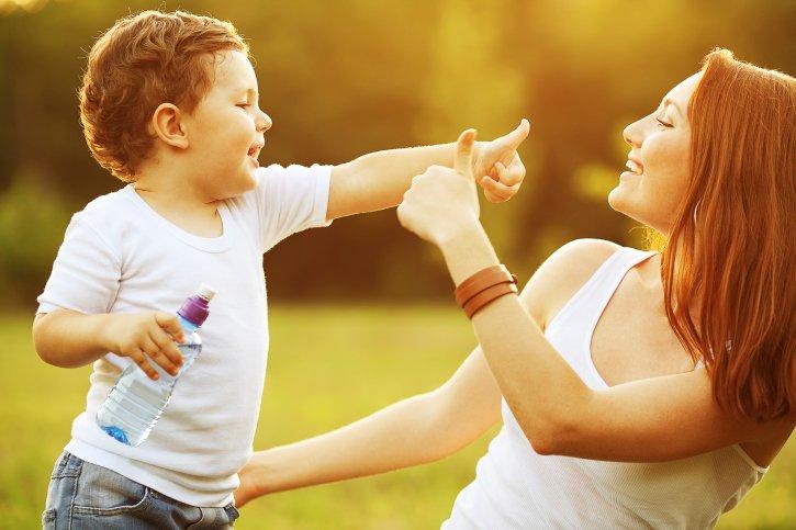mamá jugando con hijo