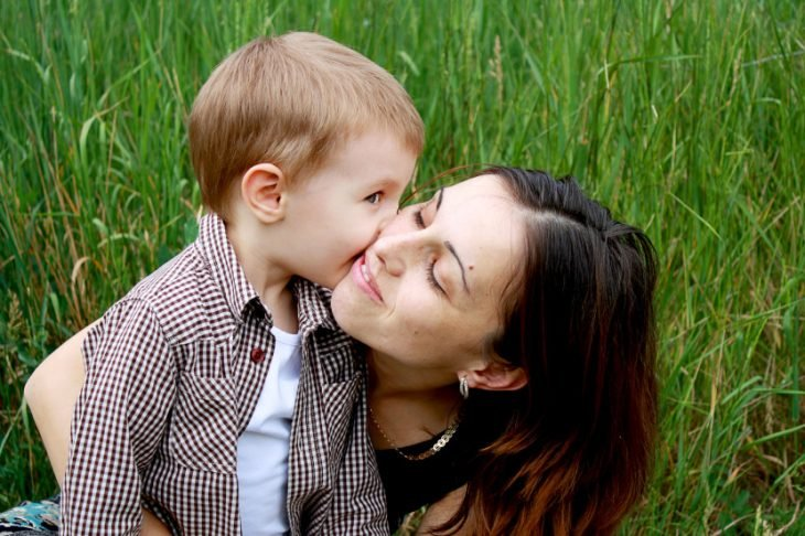niño besando a mamá