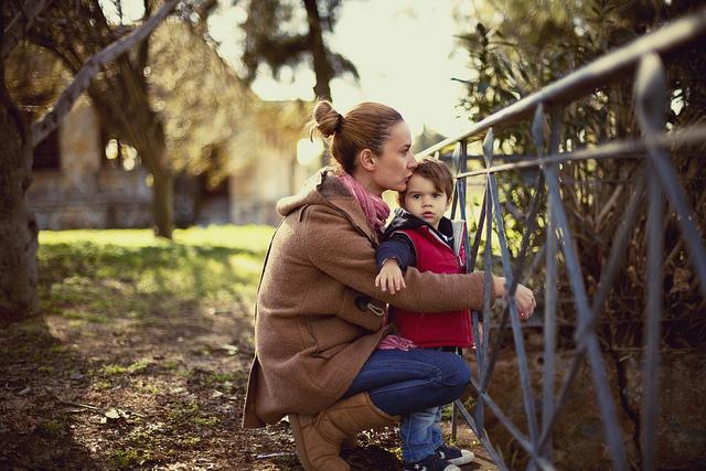 mamá abrazando y besando a hijo