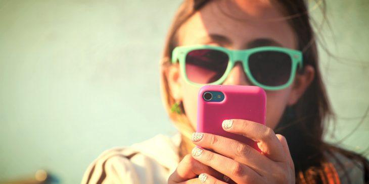 chica mirando su celular