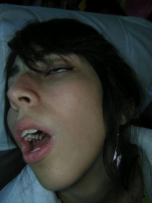 chica dormida con la boca abierta