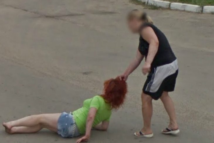 mujer agarra del cabello a otra