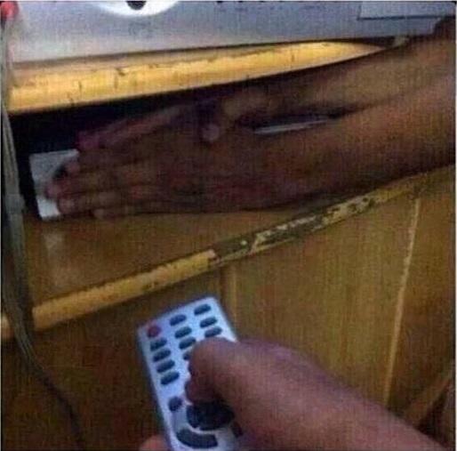 persona con control remoto de tv