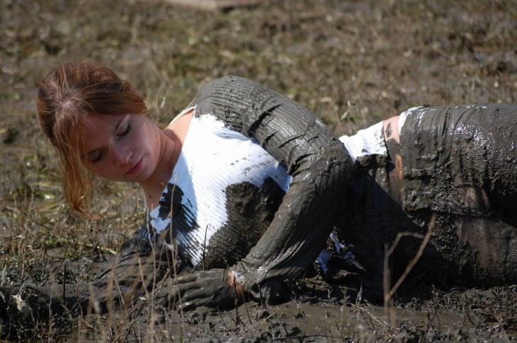 mujer cubierta por lodo