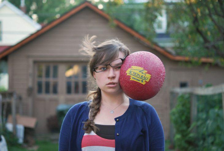 chica golpeada por un balón