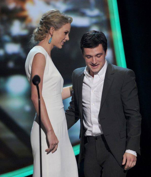 mujer muy alta con hombre bajito