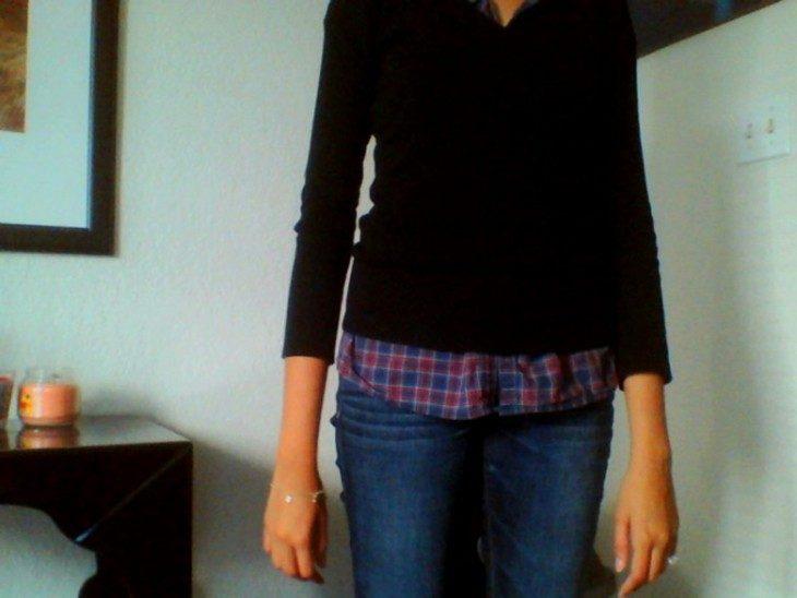 mujer con blusa mangas muy cortas