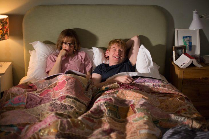 pareja platicando en cama