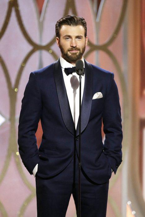 Chris Evans presentando un premio durante los globos de oro