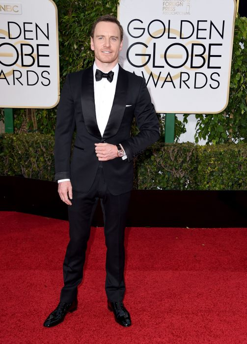 Michael Fassbender posando en la alfombra roja de los globos de oro