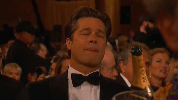 Brad Pitt sacando la lengua durante los globos de oro
