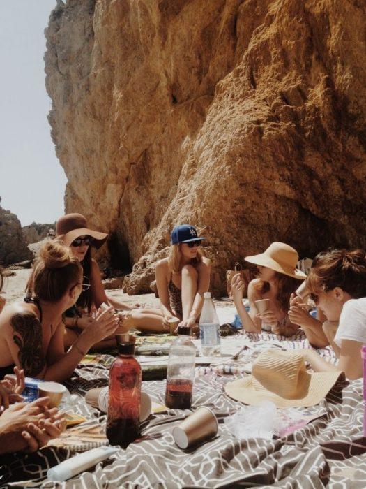 Chica junto a sus amigas en la playa
