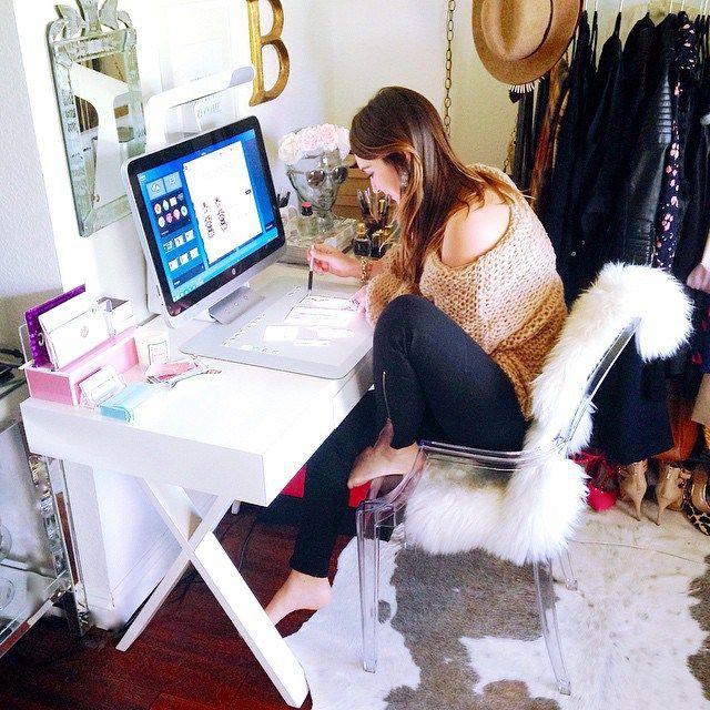 Chica sentada frente a su escritorio trabajando en su computadora