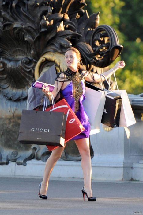 Escena de la serie gossip girls. Blair con bolsas de compras