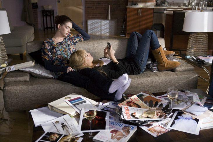 Escena de la película guerra de novias chicas en un sofá hablando