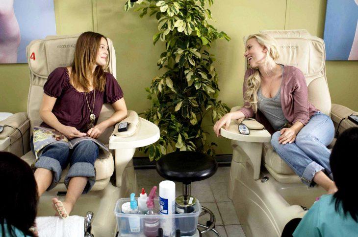 Escena de la película a el no le gustas tanto chicas tomando un día en el spa