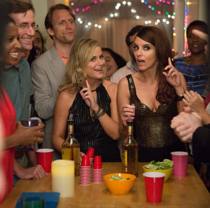 Escena de la película hermanas, chicas en una fiesta tomando shots