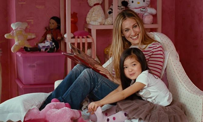Escena de la película sex and the city, carrie leyendo un cuento a la hija de charlotte