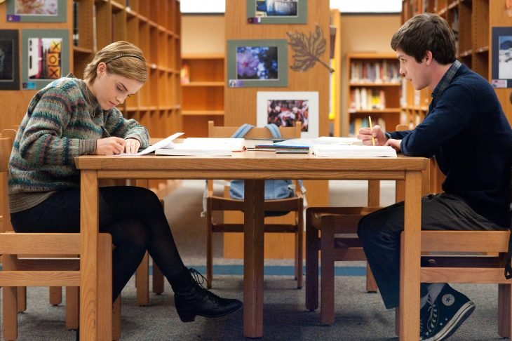 Escena de la película las ventajas de ser invisible, pareja de amigos estudiando en la biblioteca
