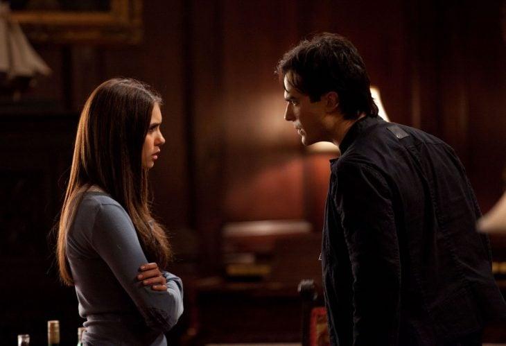 Escena de la serie the vampire diares elena peleando con damon