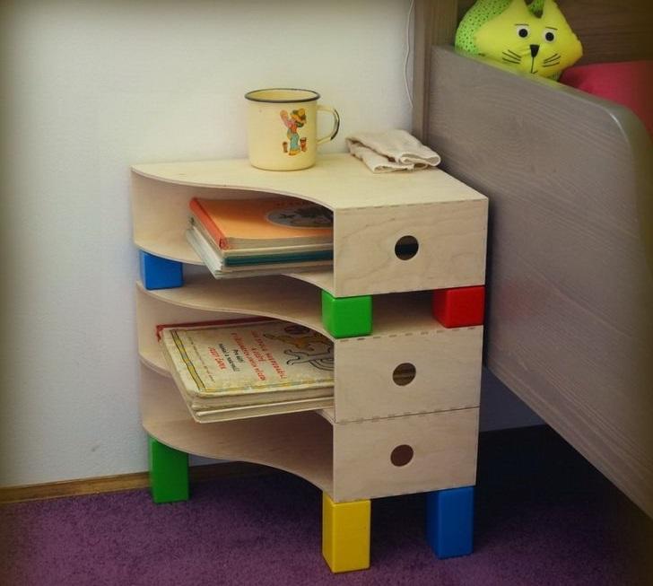 revisteros de madera como mesa para niños