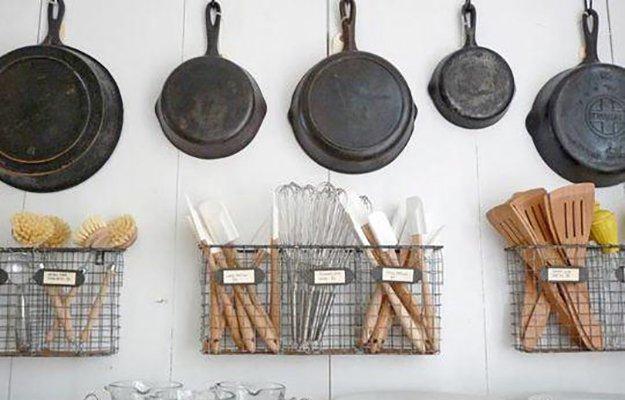 revistero de metal en cocina