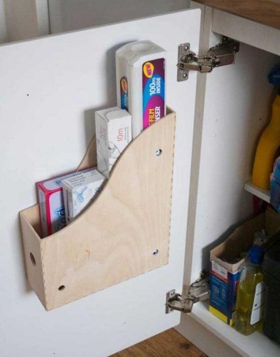 revistero de madera para guardar suplementos de cocina