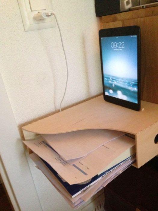 revistero de madera como estación de trabajo