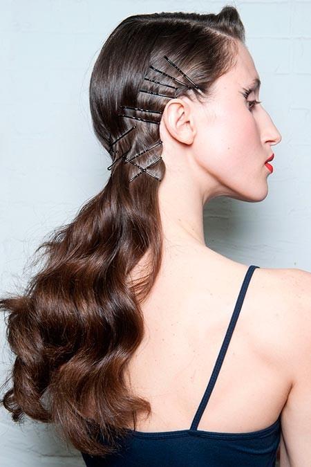 peinado asimétrico con pasadores
