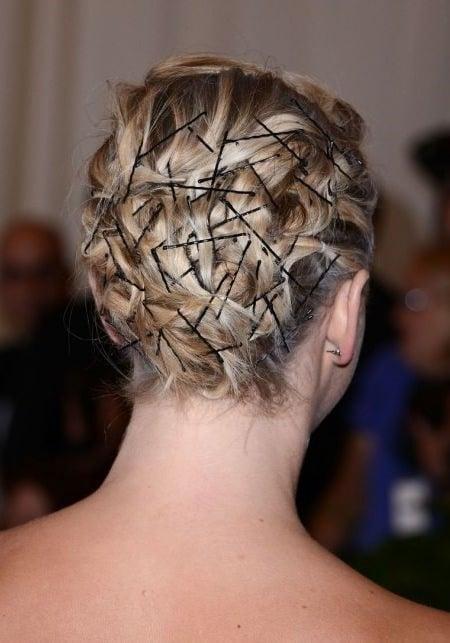 peinado con muchos pasadores