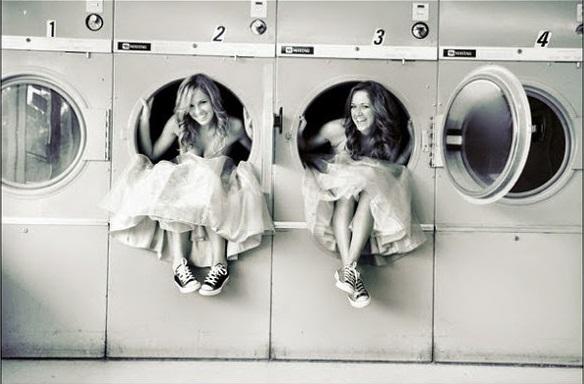 amigas sentadas en lavadoras