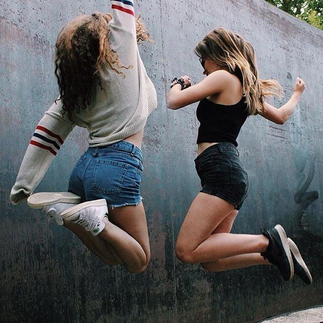 amigas saltando