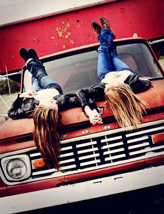 amigas en cofre de camioneta
