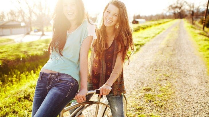 amigas paseo en bicicleta