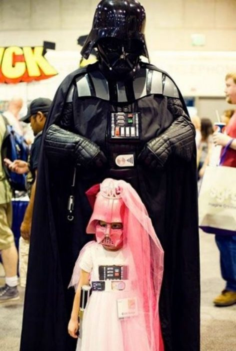 niña disfrazada de Darth Vader rosa y papá de Darth Vader