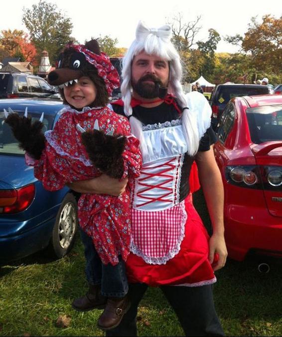 niña disfrazada de lobo y papá de caperucita roja