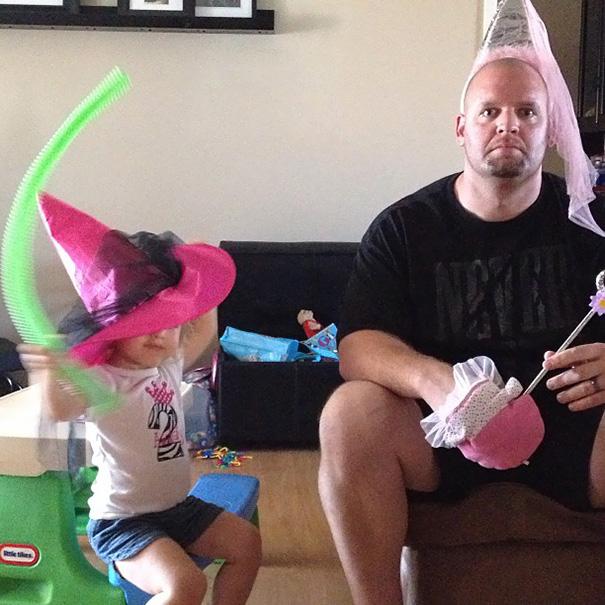 papá jugando con pequeña a las princesas