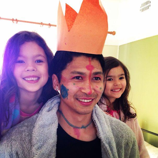 papá disfrazado de princesa con sus hijas