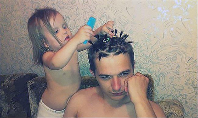 niña peinando a papá