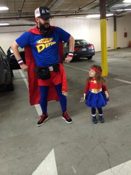 padre e hija disfrazados de superhéroes