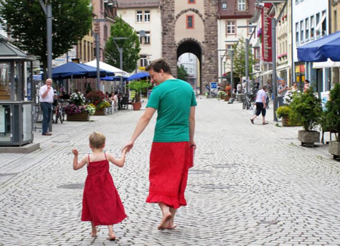papá con falda roja