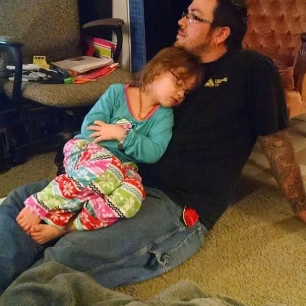 niña dormida en el regazo del papá