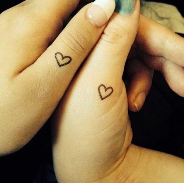 tatuajes corazones manos