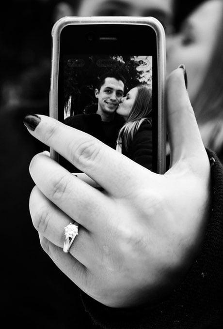 pareja haciendo selfie anillo compromiso