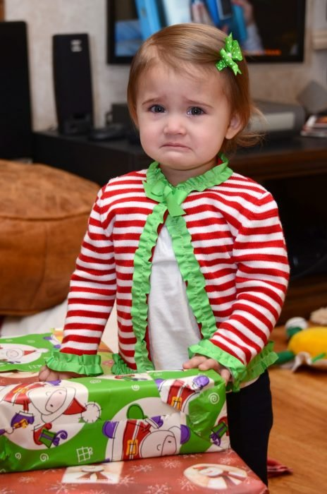 niña llorando con regalo de navidad